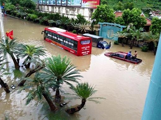 Nhiều ô tô, xe khách chìm trong biển nước vào sáng ngày 27/7.