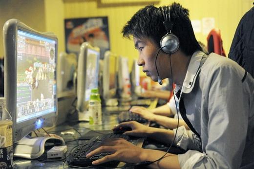 Ở tuổi này, mà không mê chơi máy tính, lên mạng, không chơi game, thì chắc chắn nó có vấn đề nặng về đầu óc. Ảnh: Internet