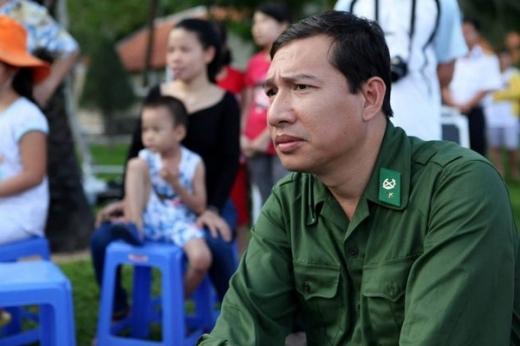 Nghệ sĩ Quang Thắng mặc quân phục và mang một biểu cảm nghiêm túc. - Tin sao Viet - Tin tuc sao Viet - Scandal sao Viet - Tin tuc cua Sao - Tin cua Sao