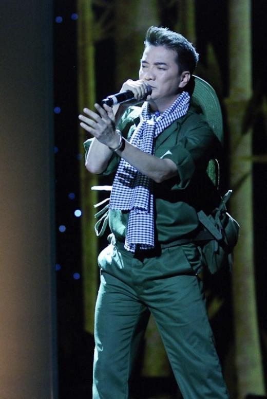 Nam ca sĩ Đàm Vĩnh Hưng cũng từng mặc trang phục bộ đội khi thể hiện một bài hát Cách mạng. - Tin sao Viet - Tin tuc sao Viet - Scandal sao Viet - Tin tuc cua Sao - Tin cua Sao
