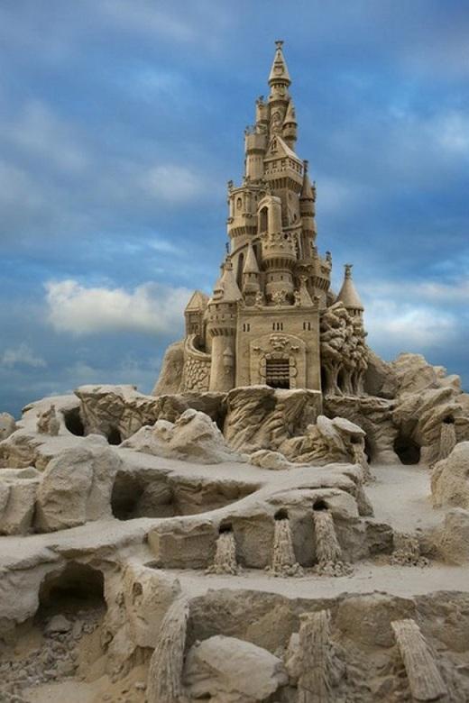 Thác nước được điêu khắc một cách tinh xảo làm nên điểm nhấn cho tác phẩm này.