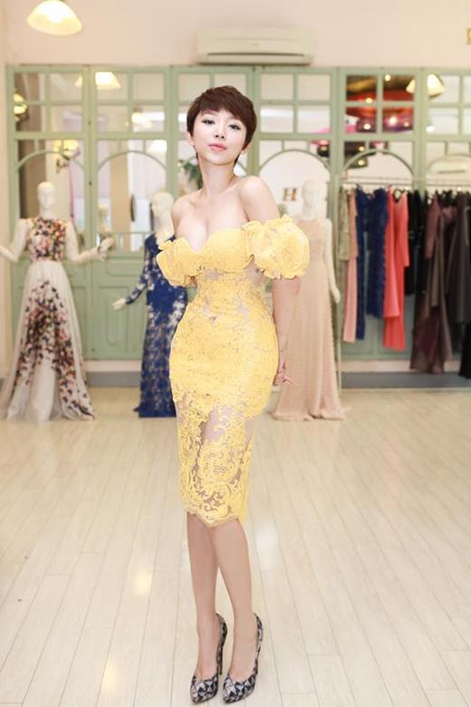 Sở hữu cơ thể với tỉ lệ cân đối, Tóc Tiên luôn dành nhiều tình cảm cho những kiểu váy bó sát khoe khéo đường cong hoàn hảo trên cơ thể.