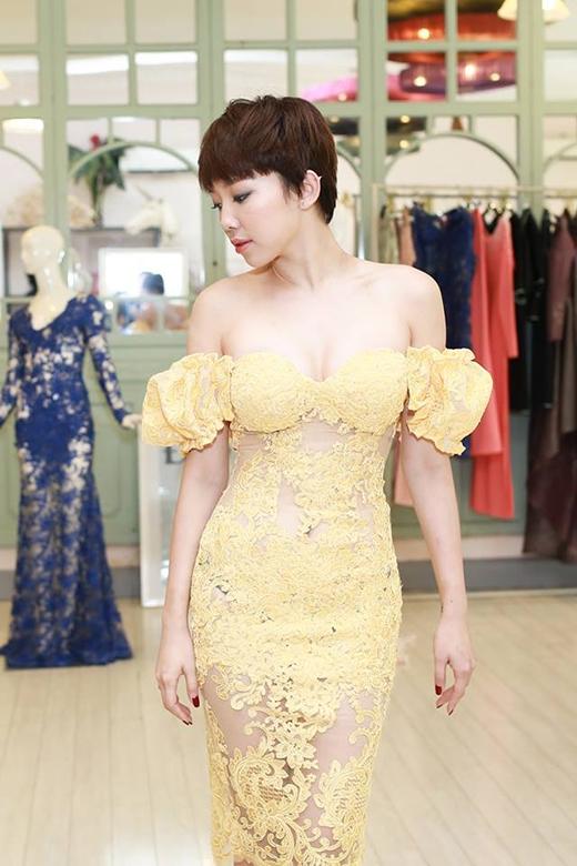 Chiếc váy tông vàng được thực hiện trên nền chất liệu voan lưới kết hợp ren dày mang đến vẻ gợi cảm tuyệt đối cho giọng ca Ngày maikhi chuẩn bị tham dự một chương trình truyền hình thực tế hàng đầu thế giới.