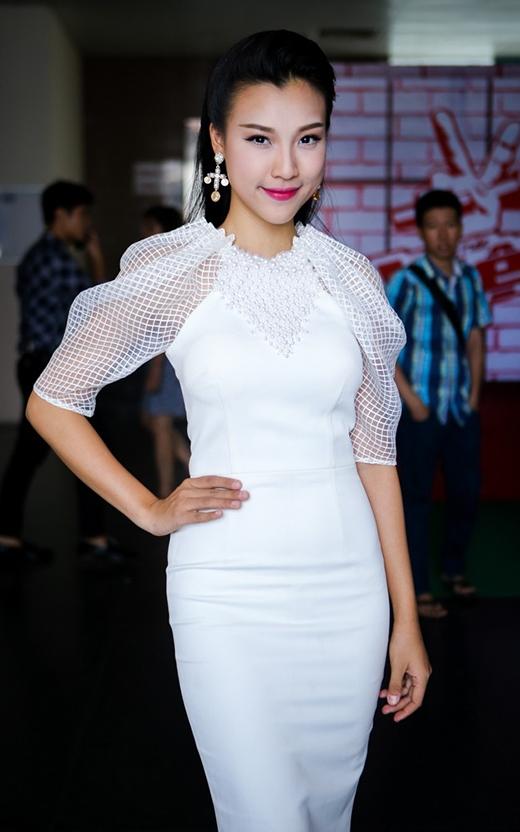 Á hậu Hoàng Oanh cũng góp mặt trong danh sách này với bộ váy có phần tay bồng bằng chất liệu lưới mỏng. Những chi tiết đính kết kì công cũng tạo nên điểm sáng cho thiết kế khá đơn giản này.