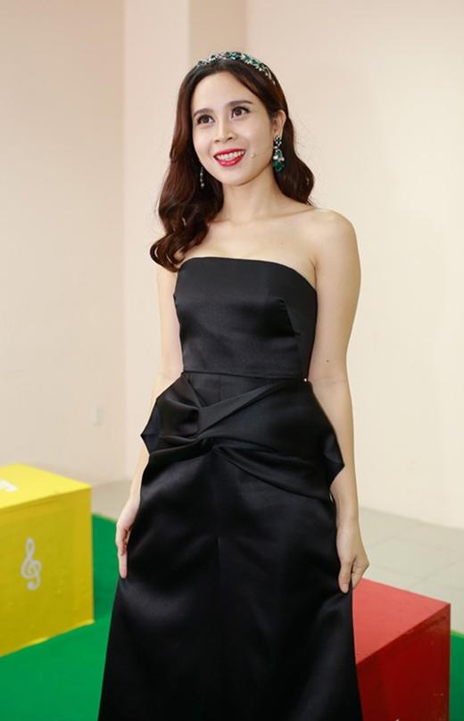 Phụ kiện tông màu xanh ngọc mang đến vẻ sinh động cho bộ váy đen cúp ngực của Lưu Hương Giang trong buổi ghi hình vòng đối đầu của GiọngHátViệtNhí2015.