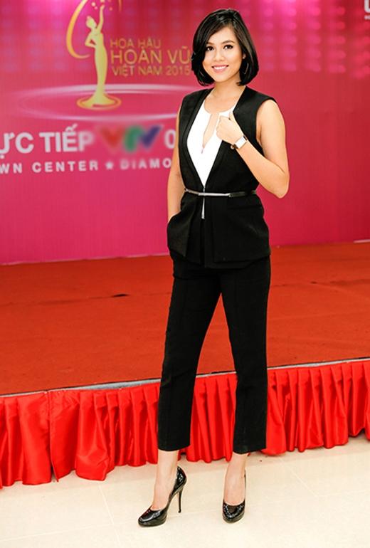 Hoàng My lại khá cá tính, mạnh mẽ trong bộ trang phục mang hơi thở của phong cách menswear.