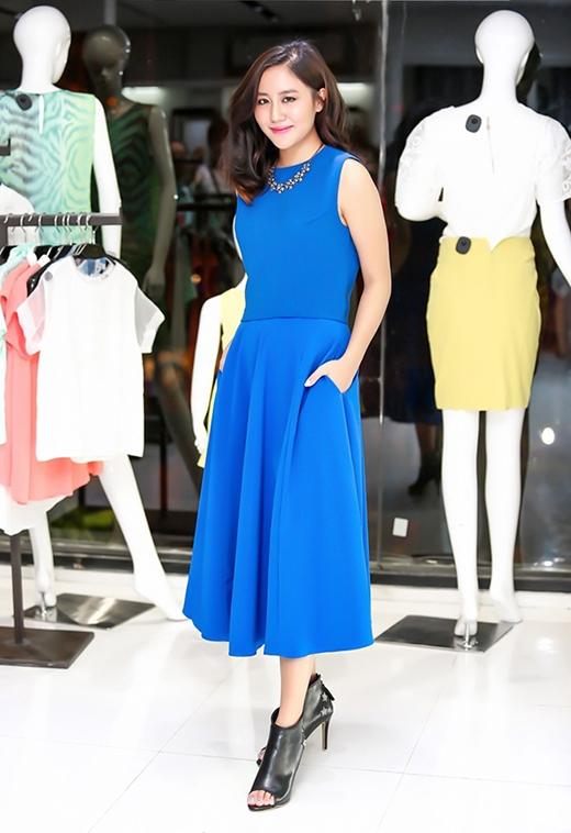 Sắc xanh coban mang đến nét tươi mới cho Văn Mai Hương khi diện bộ váy xòe cổ điển. Tuy nhiên, điểm trừ nhỏ cho cô nàng ở đôi giày không mấy ăn ý với trang phục.