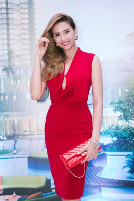 Hoàng Yến cũng dần lấy lại phong độ trong phong cách thời trang khi diện những bộ cánh đơn giản, tinh tế trong mỗi lần xuất hiện. Và bộ váy đỏ với những đường gấp nếp độc đáo này như một minh chứng điển hình.