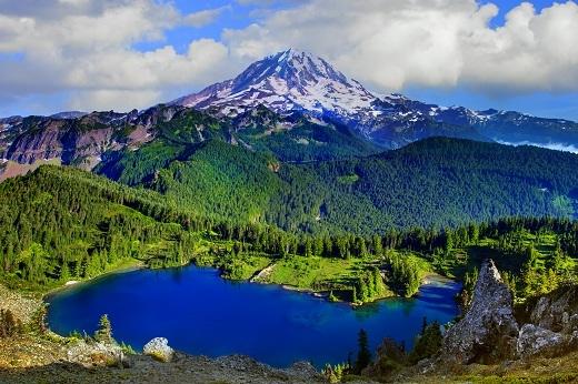 Vườn quốc gia Rainier nằm ở phía đông nam của Seattle, Washington, Mỹ.Nơi đây nổi bật với những cảnh quan vô cùng lôi cuốn đặc biệt là ngọn núi Rainier, một trong những ngọn núi cao nhất nằm trong dãy Cascade.
