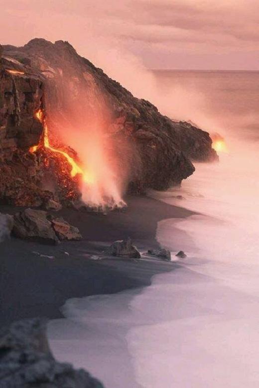 Công viên Quốc gia Núi lửa Hawaii là nơi có hai núi lửa hoạt động, trong đó có ngọn núi hoạt động mạnh nhất trên thế giới, Kilauea.