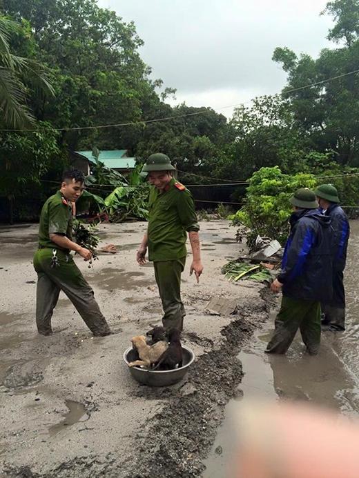 Lực lượng chức năng địa phương đã kịp thời hỗ trợ người dân gặp nạn trong trận mưa lũ.