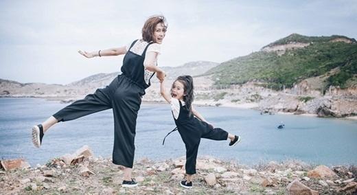 Ngẩn ngơ nụ cười trong veo của mẹ đơn thân 9X cùng con gái