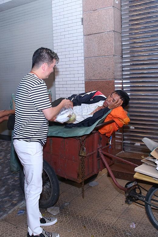 Phát cơm cho người dân lao động nghèo ven đường. - Tin sao Viet - Tin tuc sao Viet - Scandal sao Viet - Tin tuc cua Sao - Tin cua Sao