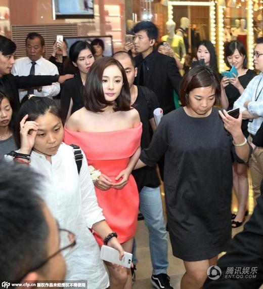 Mẹ một con Dương Mịch buông lơi vai trần, đẹp không cần photoshop