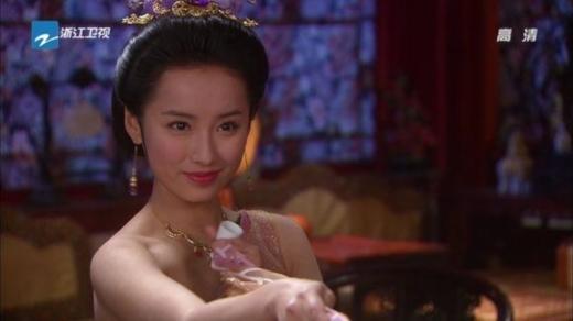 Một trong những cảnh ấn tượng nhất Hậu Cung là lúc nhân vật Thiệu Thanh Tư của Lữ Nhất bị lộ một bên vai. Khoảnh khắc cô mỉm cười quyến rũ pha chút thẹn thùng đã khiến trái tim khán giả lỗi nhịp.