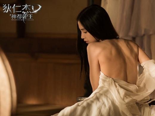 Dù không xuất hiện nhiều trong phimThần Thám Địch Nhân Kiệt: Rồng Thần Trỗi Dậy nhưng AngelaBaby vẫn kịp để lại ấn tượng trên màn ảnh rộng với những cảnh khoe vai trần gợi cảm.