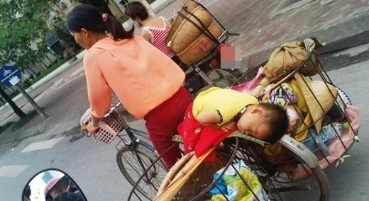 Chạnh lòng với bức ảnh em bé ngủ say trên xe đạp thồ của mẹ