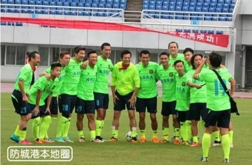 Đàm Vịnh Lân, Huỳnh Nhật Hoa và thành viên đội sao Hong Kong rất vui vẻ trước trận đấu.