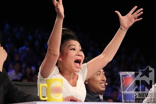 Nữ giám khảo luôn phấn khích trước các tiết mục thú vị, khuấy đảo sân khấu. Thậm chí cô còn trực tiếp dạy cách hát cho thí sinh ngay trên sân khấu trực tiếp. - Tin sao Viet - Tin tuc sao Viet - Scandal sao Viet - Tin tuc cua Sao - Tin cua Sao