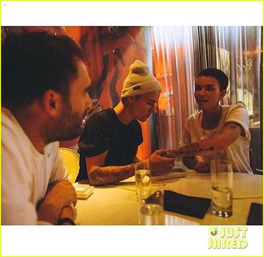 Justin thân mật ăn tối cùng bạn gái mới.