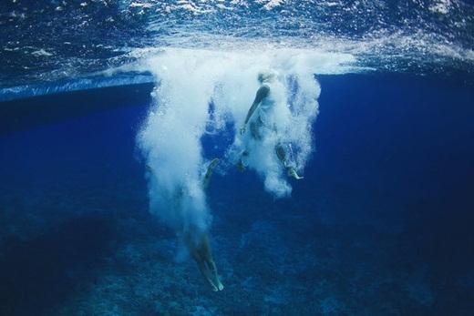Ngất ngây cùng loạt ảnh cưới dưới nước của đôi đồng tính nữ
