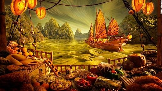 Một con tàu chở hàng của Trung Hoa lênh đênh trên sóng nước (những vắt mì), trong cảnh hoàng hôn đầy ám ảnh. Những món hàng trên tàu được chế tác hết sức tinh xảo.