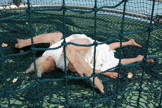 Đôi cánh của thiên thần đã không còn sợi lông nào. Có thể cảm nhận nếu đây là một thiên thần thật sự thì thiên thần này đang rất yếu, thậm chí có thể chết. (nguồn:sunyuanpengyu.com)