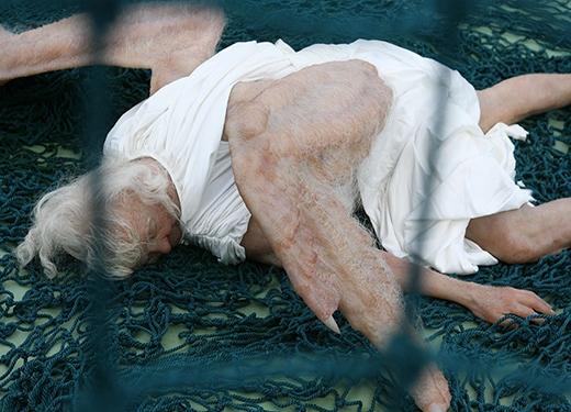 Hình ảnh thiên thần bị sa lưới khiến những người xem tác phẩm này có nhiều điều suy ngẫm. Đó là sự đối lập giữa sự sống và cái chết. Dường như không có gì là bất tử. Khi chúng ta muốn có được thứ gì sẽ dùng mọi cách để chiếm lấy. (nguồn:sunyuanpengyu.com)