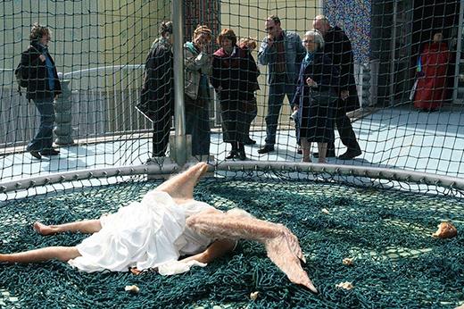 Hình ảnh thiên thần già nua bị mắc lưới còn thể hiện thông điệp: Mọi thứ trong cuộc đời này đều rất mong manh. (nguồn:sunyuanpengyu.com)