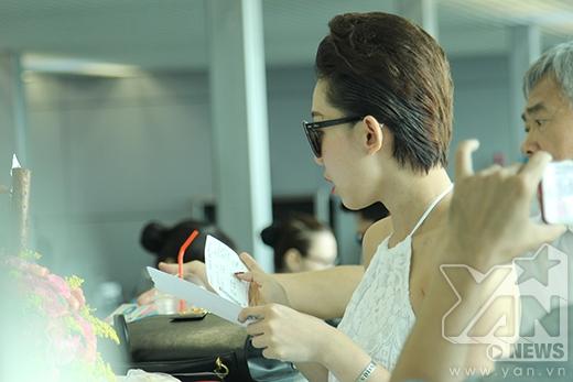 [Theo dấu sao] Tóc Tiên rạng rỡ bên fan ngoại tại sân bay - Tin sao Viet - Tin tuc sao Viet - Scandal sao Viet - Tin tuc cua Sao - Tin cua Sao