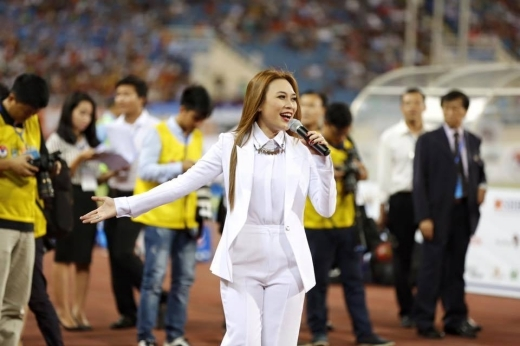 Nữ ca sĩ diện bộ trang phục trắng toàn tập vô cùng xinh đẹp. - Tin sao Viet - Tin tuc sao Viet - Scandal sao Viet - Tin tuc cua Sao - Tin cua Sao