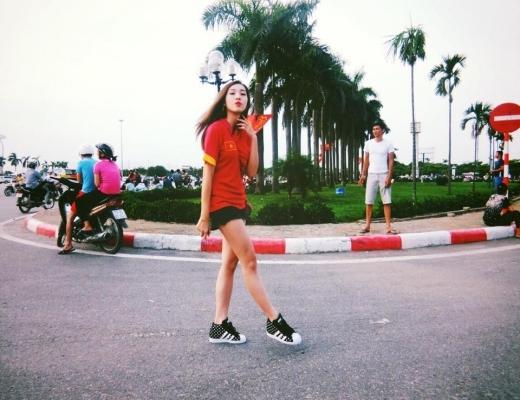 Nữ ca sĩ Emily mặc áo đỏ đi xem trận đấu để cổ vũ cho đội tuyển Việt Nam. - Tin sao Viet - Tin tuc sao Viet - Scandal sao Viet - Tin tuc cua Sao - Tin cua Sao