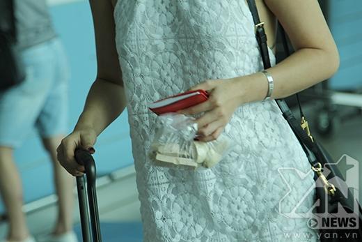 Tóc Tiên mang một chút thức ăn nhẹ để lót dạ trước khi lên máy bay. - Tin sao Viet - Tin tuc sao Viet - Scandal sao Viet - Tin tuc cua Sao - Tin cua Sao