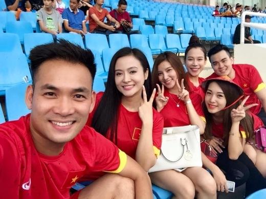 Đi cùng Emily còn có Hạnh Sino và những người bạn thân thiết cùng yêu thích bóng đá. - Tin sao Viet - Tin tuc sao Viet - Scandal sao Viet - Tin tuc cua Sao - Tin cua Sao