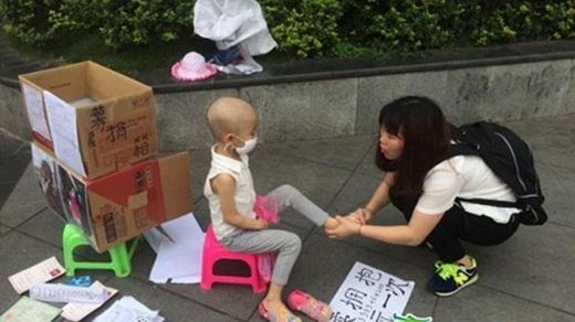 Chị Chen Dejuan luôn quan tâm và chú ý tới con gái.