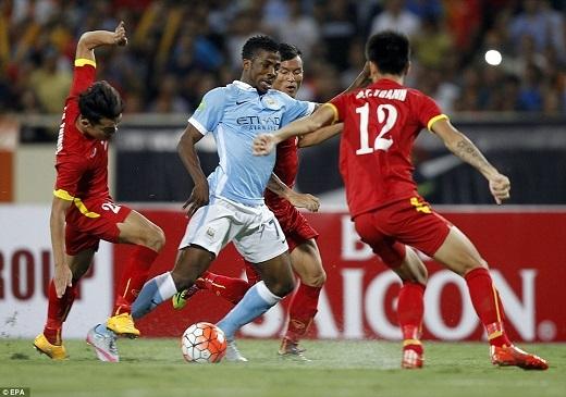 Chỉ 3 cầu thủ Việt Nam dám chơi bóng trước Man City