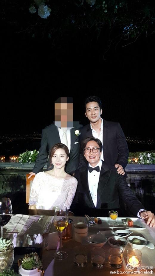 Song Seung Hun khoe ảnh chụp cùng vợ chồng Bae Yong Joon lên trang cá nhân.