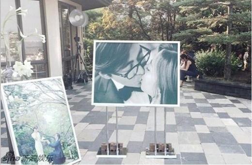Hình ảnh lãng mạn của cặp vợ chồng trước sảnh của buổi tiệc.