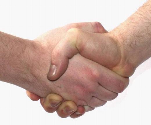 Hôn nhau và bắt tay, cái nào truyền nhiều vi khuẩn hơn? Câu trả lời là bắt tay! Tuy nhiên, mức độ xâm nhập của vi khuẩn vào bên trong cơ thể của bắt tay ít hơn.