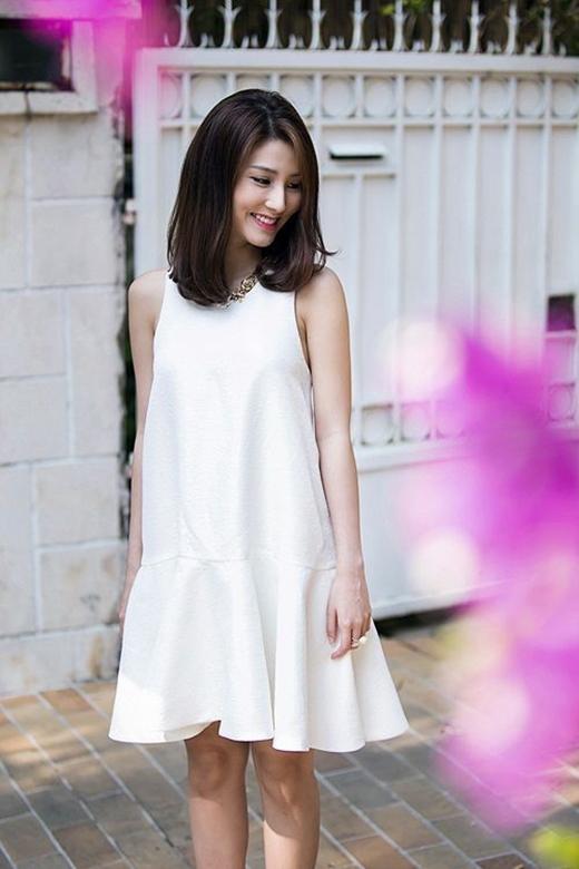 Váy, áo cổ yếm - mốt thời trang các cô nàng ngực lép không nên ngó lơ.