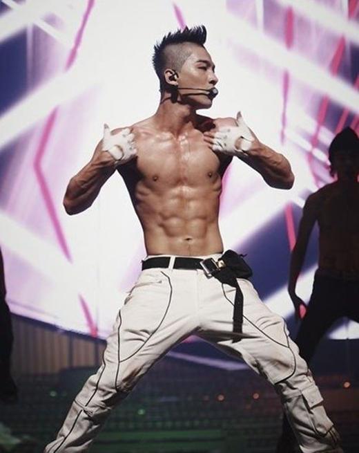 """Dù sở hữu chiều cao """"khiêm tốn"""" nhưng Taeyang thừa sức quyến rũ fan nữ bằng giọng hát ngọt ngào cùng thân hình 6 múi """"chuẩn không cần chỉnh""""."""