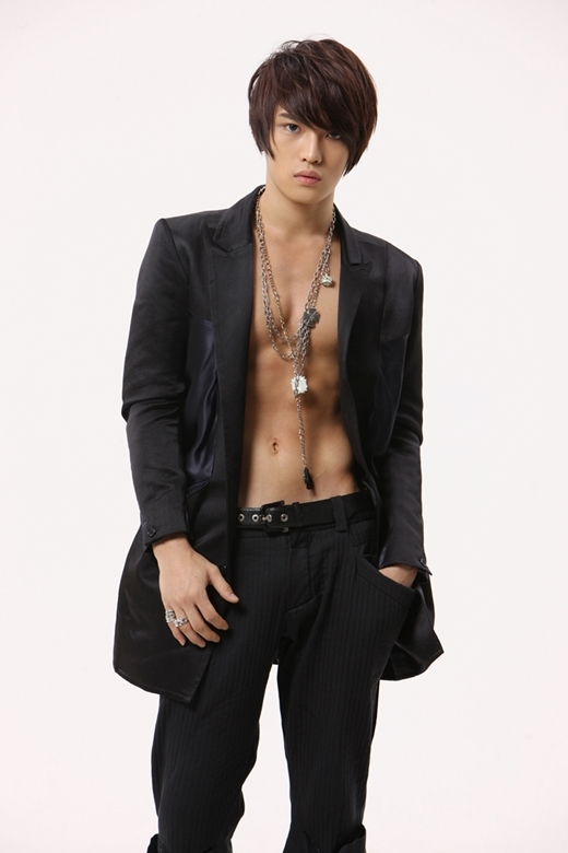 """Trước đây,Jaejoongnổi tiếng là mỹ nam đẹp hơn hoa"""" củaDBSK, các fan nữ còn thừa nhận họ ganh tị với nhan sắc nữ tính của nam thần tượng. Nhưng đếnMiroticvà sau khi hoạt động cùngJYJ,Jaejoongngày càng thu hút với nét trưởng thành đầy nam tính về ngoại hình lẫn phong cách."""