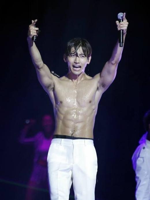 """Không còn là cậu em út """"cò hương"""" của DBSK, giờ đây, Changmin đã có thể tự tin khoe thân hình vạm vỡ đầy quyến rũ."""