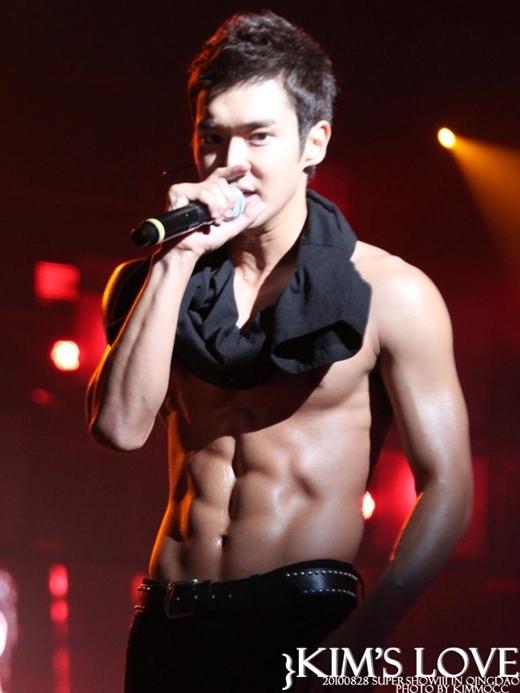 Khác hoàn toàn với vẻ ngoài thư sinh khi ra mắt, Siwon (Super Junior) khiến nhiều người không khỏi ganh tị với thân hình hiện tại của mình.