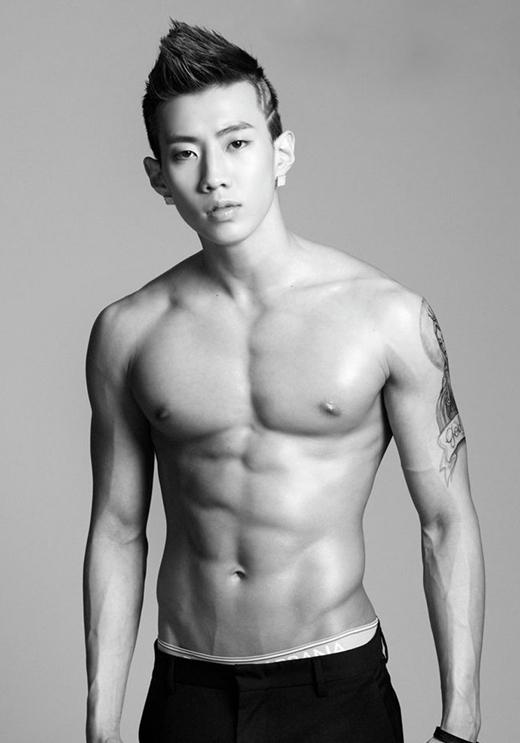 """Jay Parksở hữu thân hình """"hạt tiêu"""" khi còn là thực tập sinh của JYP nhưng khi ra mắt với tư cách trưởng nhóm của2PM, anh chàng đã khiến nhiều người """"há hốc"""" trước vẻ ngoài vạm vỡ đầy quyến rũ của mình."""