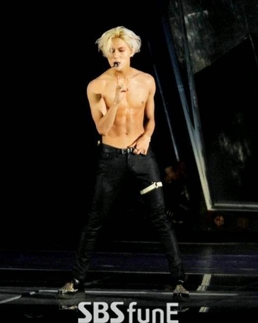 Thậm chí, em út Taemin của SHINeecũng không hề kém cạnh các đàn anh khi khiến các fan không khỏi há hốc trước vẻ nam tính, săn chắc hiện tại.