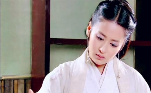 Dĩnh Nhi chỉ dừng ở mức đáng yêu nhưng cô lại thường xuyên vào vai mĩ nhân cổ trang khiến nhiều người ngán ngẩm. Hậu quả là trong phimAnh Hùng, vai diễn đệ nhất mĩ nhân Tây Thi của cô bị 'ném đá' dữ dội.