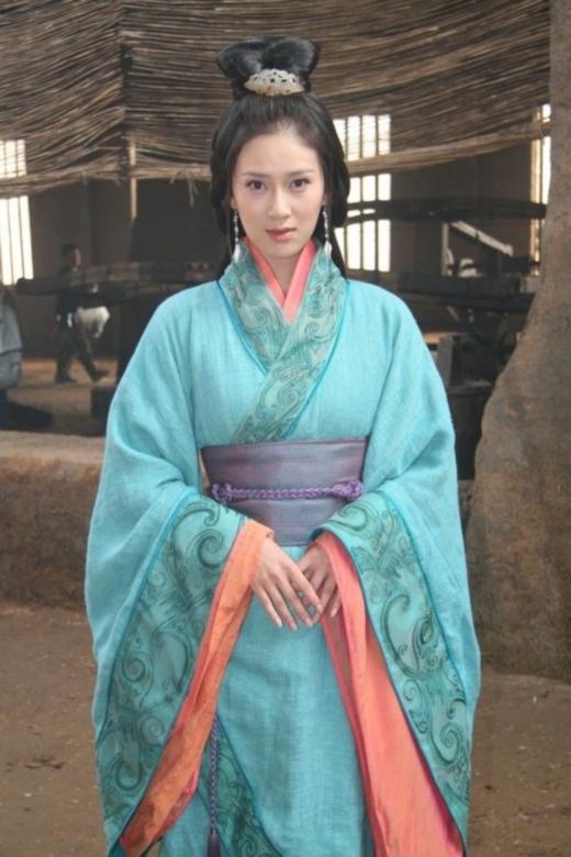 Triệu Kha từng bị khán giả ném đá dữ dội khi vào vai đại mĩ nhân Tiểu Kiều trong phimTam Quốc. Nhiều người nhận xét khuôn mặt của diễn viên này quá già và mạnh mẽ để vào vai mĩ nữ nổi tiếng của thời cổ đại.