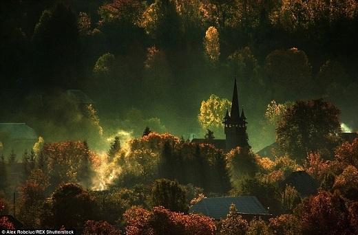 Bóng nhà thờ ẩn hiện thấp thoáng sau màn sương như bước ra từ những câu chuyện ma cà rồng.
