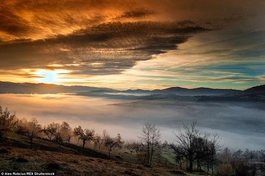Một lớp sương mù dày đặc che lấp gần như toàn bộ thung lũng bên dưới của vùng nông thôn ở Transylvania.